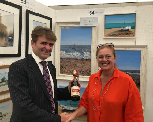 Guy Gowing of Keys Fine Art Auctioneers presents the Sponsors Choice prize to artist Karen Keable